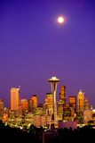 Seattle Skyline and Space Needle At Night From Queen Anne Hill Fotografisk tryk af Tim Thompson