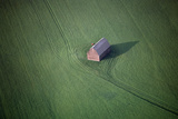 Aerial View of a Barn in the Middle of a Lush Green Field Impressão fotográfica por Paul Chesley