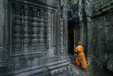 A Monk Explores the Ancient Ruins of the Angkor Wat Temple Complex Fotografisk tryk af Paul Chesley