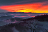 A Dramatic Fiery Sunset and Low Clouds Over the Blue Ridge Mountains Reproduction photographique par Amy & Al White & Petteway