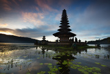 The Pura Ulun Danu Bratan Temple at Sunrise Impressão fotográfica por Alex Saberi
