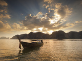 Thai Fishing Boats Off Phi Phi Island at Sunset Fotografisk tryk af Alex Saberi