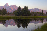 A Panoramic View of the Grand Teton Range Reflected in a River Fotografisk tryk af Barrett Hedges