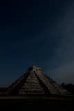 The Step Pyramid, El Castillo, at Chichen Itza Under a Star Filled Sky Fotografisk tryk af Dmitri Alexander