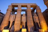 Ramses II Statues and Columns in the Luxor Temple Complex Impressão fotográfica por Alex Saberi