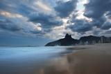 Dois Irmaos Peaks in the Distance on Ipanema Beach at Sunset Reproduction photographique par Alex Saberi