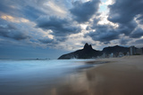 Dois Irmaos Peaks in the Distance on Ipanema Beach at Sunset Trykk på strukket lerret av Alex Saberi