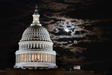 The Full Moon Rises Behind the United States Capitol Building Valokuvavedos tekijänä Vickie Lewis