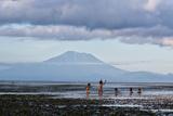 Kids Playing in the Water on the Coast of Bali Impressão fotográfica por Alex Saberi