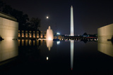 The Washington Monument Reflected in the World War II Memorial Pool Fotografisk trykk av Vickie Lewis