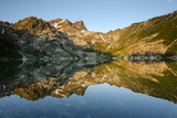 Sunrise on the Sierra Buttes Reflecting in Glassy Upper Sardine Lake Fotografisk tryk af Rich Reid