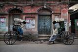 Rickshaw Pullers Pause for a Break on a Kolkata Side Street Impressão fotográfica por Steve Raymer