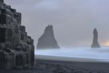 Basalt Columns at Reynisfjara Beach Near Vik Fotografisk tryk af Raul Touzon