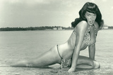 Bettie Page Summer Sun Bettie Pin-Up by Retro-A-Go-Go Poster Pôsters