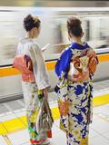 Japan, Tokyo, Girls in Kimono on Subway Platform Lámina fotográfica por Steve Vidler