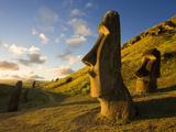 South America, Chile, Rapa Nui, Easter Island, Giant Monolithic Stone Maoi Statues at Rano Raraku Lámina fotográfica por Gavin Hellier