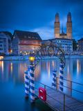 River Limmat and Grossmunster Church, Zurich, Switzerland Fotografisk trykk av Jon Arnold
