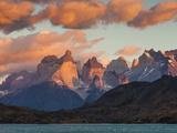 Chile, Magallanes Region, Torres Del Paine National Park, Lago Pehoe, Dawn Landscape Lámina fotográfica por Walter Bibikow