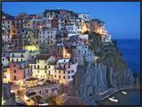 Anoitecer em cidade na montanha com vista para o Mar Mediterrâneo, Manarola, Cinque Terre, Itália Impressão em tela emoldurada por Dennis Flaherty