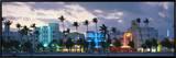 Prédios iluminados ao anoitecer, Ocean Drive, Miami Beach, Flórida, EUA Impressão em tela emoldurada