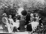 Listening to the Gramophone Near Beziers, c. 1910 Reproduction photographique par  French Photographer