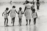Mother and 4 Daughters Entering Water at Coney Island, Untitled 37, c.1953-64 Fotografie-Druck von Nat Herz