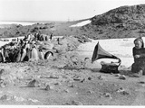 Penguins Listening to the Gramophone During Shackleton's 1907-09 Antarctic Expedition, from 'The… Fotografisk tryk af  English Photographer
