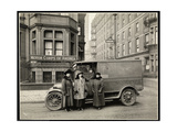 Four Women of the Motor Corps of America Standing in Front of an Ambulance (One Woman in Driver's… Reproduction procédé giclée par  Byron Company