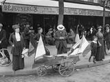 Man Selling Flags, Paris, 1914 Lámina fotográfica por Jacques Moreau