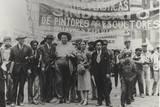 Diego Rivera and Frida Kahlo in the May Day Parade, Mexico City, 1st May 1929 Fotografisk trykk av Tina Modotti