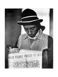 Worker Reading El Machete, Mexico City, 1925 Photographic Print by Tina Modotti