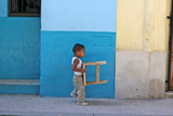 Boy Carrying Stool, Havana, Cuba Fotografisk tryk