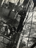 At the Pumps in a Gale in the Antarctic Ocean, 1912 Fotografisk tryk af Herbert Ponting