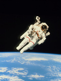 Astronaut Bruce McCandless Walking In Space Fotografisk tryk