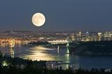 Full Moon Over Vancouver Fotografie-Druck von David Nunuk