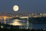 Full Moon Over Vancouver Lámina fotográfica por David Nunuk