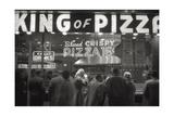 Clients of the Pizzeria 'King of Pizza' Reproduction photographique Premium par Mario de Biasi