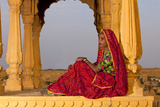 Native Woman, Tombs of the Concubines, Jaiselmer, Rajasthan, India Impressão fotográfica por  Jaynes Gallery