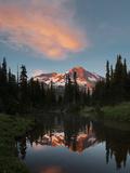Mt Rainier Reflected in Mirror Pond, Mt Rainier NP, Washington, USA Valokuvavedos tekijänä Gary Luhm