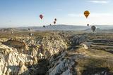 Aerial View of Hot Air Balloons, Cappadocia, Central Anatolia, Turkey Lámina fotográfica por Ali Kabas