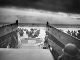 Digitally Restored World War II Photo of American Troops Approaching Omaha Beach Fotografisk tryk
