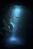 Scuba Diver Descends into the Pit Cenote in Mexico Premium fotografisk trykk
