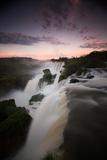A Dramatic Sunset over Iguazu Falls Reproduction photographique par Alex Saberi
