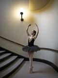 A Ballerina Dancing En Pointe in a Stairwell Fotografisk trykk av Kike Calvo