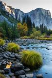 Rugged Mountains and Cliffs Along a Gentle River Filled with Boulders Fotografisk tryk af Babak Tafreshi