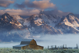 Fog Rolls in around the Mormon Row Historic District and the Snow-Capped Teton Range Fotografisk trykk av Robbie George