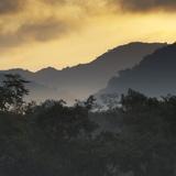 Sunrise at Ubatuba with Mountains in the Background Fotografisk tryk af Alex Saberi