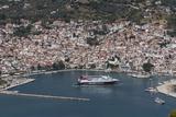 Aerial View of Ferry in Harbour, Skopelos, Sporades, Greek Islands, Greece, Europe Impressão fotográfica por Rolf Richardson