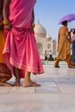 Visitors in Front of the Taj Mahal, UNESCO World Heritage Site, Agra, Uttar Pradesh, India, Asia Reproduction photographique par Gavin Hellier
