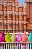 Women in Bright Saris in Front of the Hawa Mahal (Palace of the Winds) Impressão fotográfica por Gavin Hellier